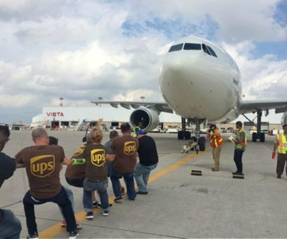 Le 10 septembre, UPS Canada a organisé pour la première fois une activité annuelle de Tir d'avion au profit d'United Way of Peel à l'Aéroport international Pearson de Toronto. Au total, 14 équipes se sont réunies avec pour objectif de tirer le plus rapidement possible un Airbus A300 sur une distance d'environ 15 mètres. L'événement permettra de soutenir des programmes locaux visant à améliorer la qualité de vie des habitants de Brampton, de Caledon et de Mississauga. (Groupe CNW/UPS Canada Ltee.)