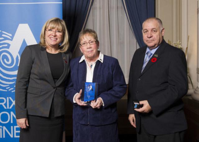 De gauche à droite : la ministre Mme Francine Charbonneau, la lauréate Mme Deirdre Shipton et le président de la Table régionale des aînés des Laurentides M. Maurice Rivet. (Groupe CNW/Cabinet de la ministre de la Famille)