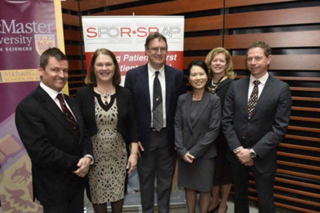 Merck Canada inc. appuie un nouveau réseau de recherche visant la prise en charge des complications liées au diabète - Aujourd'hui, Jane Philpott, ministre de la Santé, a annoncé que les Instituts de recherche en santé du Canada (IRSC) accordaient un financement à cinq réseaux de recherche sur les maladies chroniques dans le cadre de la Stratégie de recherche axée sur le patient (SRAP), dont le réseau de la SRAP sur le diabète et ses complications. Merck Canada inc. est fière de compter parmi les commanditaires de ce réseau, lequel vise à améliorer les soins prodigués à celles et ceux qui sont aux prises avec le diabète et ses complications. Sur la photo, de gauche à droite : Dr Jean-Pierre Després, professeur à la faculté de médecine de l'Université Laval; l'honorable Jeanne Philpott, ministre de la Santé, Dr Gary Lewis, directeur du Banting and Best Diabetes Centre, à l'Université de Toronto, et chercheur principal au sein de l'University Health Network, Mme Jennifer Chan, vice-présidente, Politiques et affaires externes, chez Merck Canada inc.,  Dre Catharine Whiteside, professeure émérite au département de médecine de l'Université de Toronto, et M. Jean-François Richard, directeur associé, Affaires scientifiques, chez Merck Canada inc. (Groupe CNW/Merck Canada Inc.)
