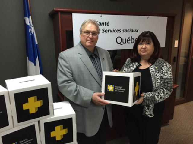 De gauche à droite : Dr Gaétan Barrette, ministre de la Santé et Madame Suzanne Dubois, directrice générale de la SCC-Division du Québec. (Groupe CNW/Société canadienne du cancer (Division du Québec))