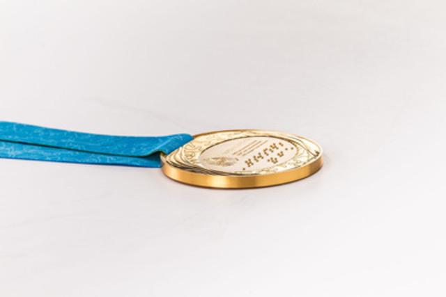 TORONTO 2015 est inscrit en braille sur les médailles, réitérant ainsi l'engagement de TO2015 en matière d'accessibilité; c'est d'ailleurs la première fois que le braille est inscrit tant sur les médailles des Jeux panaméricains que sur celles des Jeux parapanaméricains. (Groupe CNW/Jeux pan/parapanaméricains de Toronto 2015)