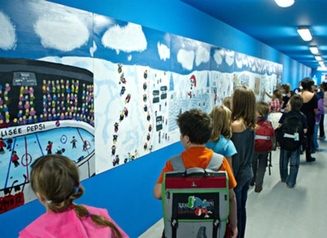 Les élèves de l'école Saint-Jean-Baptiste devant une section de la fresque illustrant l'hiver à Québec (Groupe CNW/Société du Centre des congrès de Québec)