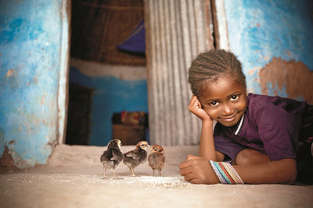 Girl with chicks. Hawa Balde, 6yrs. Sare Madi Village. (CNW Group/World Vision Canada)