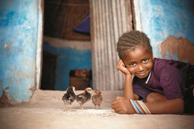 Girl with chicks. Hawa Balde, 6yrs. Sare Madi Village. (CNW Group/World Vision Canada)