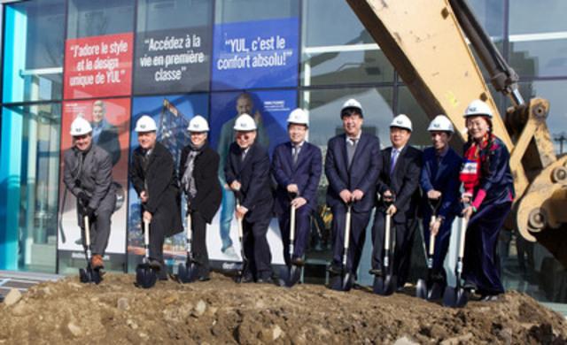 De gauche à droite: Jack Arduini (directeur général, TG Beco), Philip Cortese (vice-président exécutif, finances, Groupe Brivia), Anik Shooner (architecte principal, Menkès Shooner Dagenais Letournaux), Chee Sing Yip (investisseur), Kheng Ly (président et directeur général, Groupe Brivia), Qing Han (président, Gansu Tianqing Real Estate), M. Lee (vice-conseiller d'État de la République de Chine à Montréal), Steve Di Fruscia (président, Groupe Tianco), Jinye Qu (actionnaire dans le Groupe Tianco). (Groupe CNW/YUL Condominiums inc.)