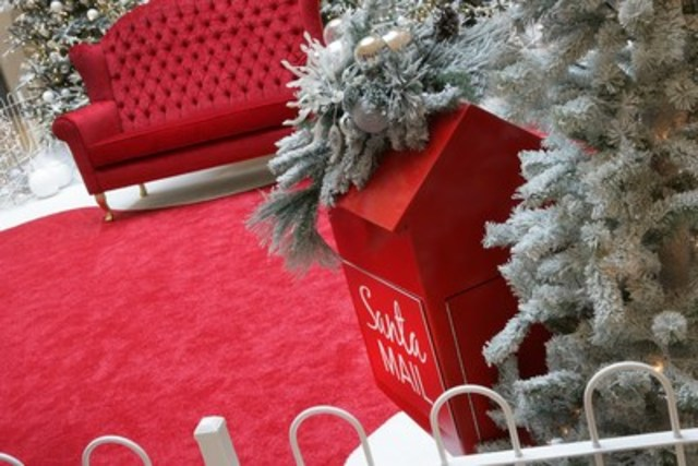 Elegant and classic Santa's display with a cute bird house mailbox for Santa's Mail. (CNW Group/Dufferin Mall)
