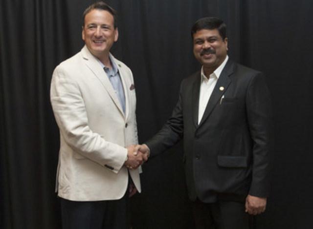 Le ministre des Ressources naturelles du Canada, l'honorable Greg Rickford, et le ministre d'État (charge indépendante) du Pétrole et Gaz naturel de l'Inde, Shri Dharmendra Pradhan, ont discuté de  l'intensification des relations énergétiques entre leurs deux pays et des possibilités de renforcer la coopération le 5 juillet 2015, à Calgary. (Groupe CNW/Ressources naturelles Canada)