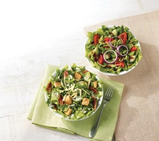 À compter d'aujourd'hui, tous les restaurants Tim Hortons au pays offriront leurs NOUVELLES salades fraîches, en deux versions : du jardin et César. (Groupe CNW/Tim Hortons)