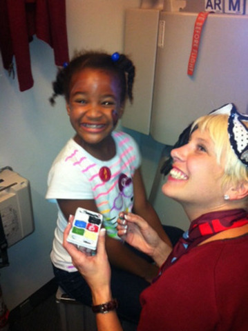 Children's face painting is just one of the ways the Air Canada rouge crew have gone above and beyond to ensure a fun start or end to a vacation. (CNW Group/Air Canada rouge)