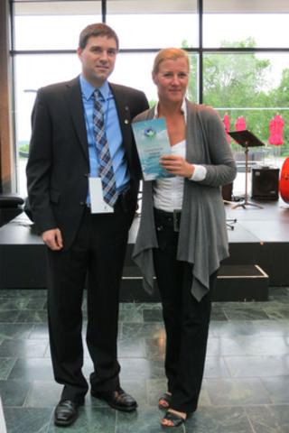 Lyne Martin, directrice de l'environnement de l'Administration portuaire de Montréal, reçoit, au nom du Port, le certificat de David Bolduc, directeur de l'Alliance verte, le 29 mai 2012 au Musée national des beaux-arts du Québec. (Groupe CNW/PORT DE MONTREAL)