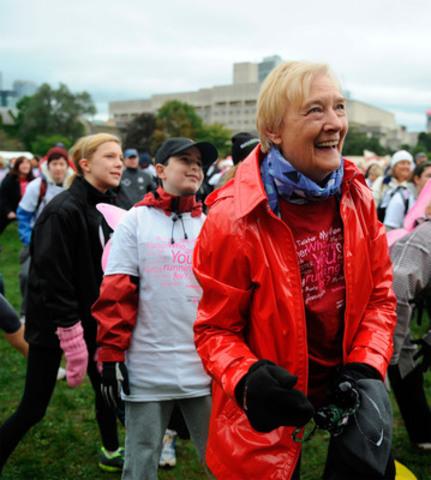 Les Canadiens ont recueilli plus de 30 $ millions pour créer un avenir sans cancer du sein lors de la Course à la vie CIBC de la Fondation canadienne du cancer du sein 2011. (Groupe CNW/Canadian Breast Cancer Foundation)