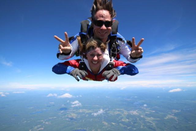 Le dimanche 3 juillet, dix-huit membres de Familiprix ont sauté en parachute pour Opération Enfant Soleil lors de l'événement « On saute à votre place! » Un montant de 31 000 $ est remis à l'organisme. Sur la photo, madame Judith Savoie, organisatrice et pharmacienne propriétaire, et son instructeur, monsieur Pierre-Alexandre Rousseau, champion mondial de ski acrobatique en bosses. (Groupe CNW/Familiprix)