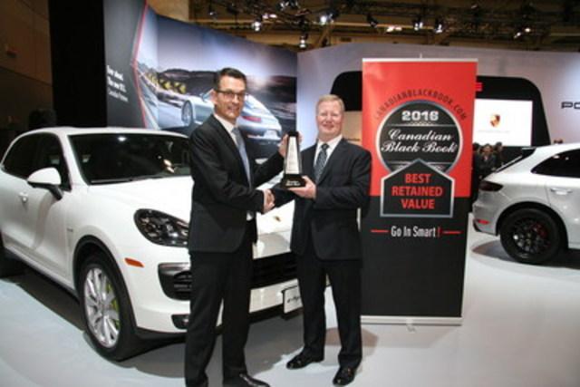 Brad Rome de Canadian Black Book présente à Alexander Pollich, président et chef de la direction de Porsche Cars Canada, Ltd. un prix destiné au Cayenne pour la meilleure valeur de revente dans sa catégorie en 2016 lors du salon international de l'auto du Canada à Toronto le jeudi 11 février 2016. (Groupe CNW/Automobiles Porsche Canada)