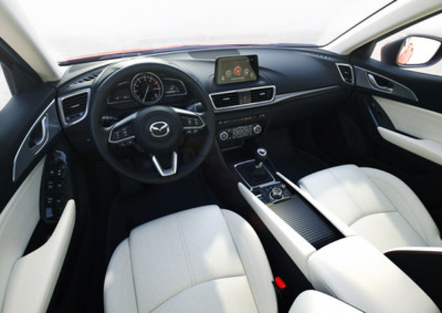 Intérieur de la nouvelle Mazda3 2017 (Groupe CNW/Mazda Canada Inc.)