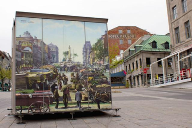 Premier kiosque d'une série de 20 installé sur la place Jacques-Cartier pour mettre en valeur le travail des artistes-exposants. Ouverts, les kiosques montrent les oeuvres des artistes. Fermés, ils présentent une photo d'époque concordant avec le paysage actuel. Les kiosques ont été conçus par les ateliers municipaux de Montréal. (Groupe CNW/Ville de Montréal - Arrondissement de Ville-Marie)