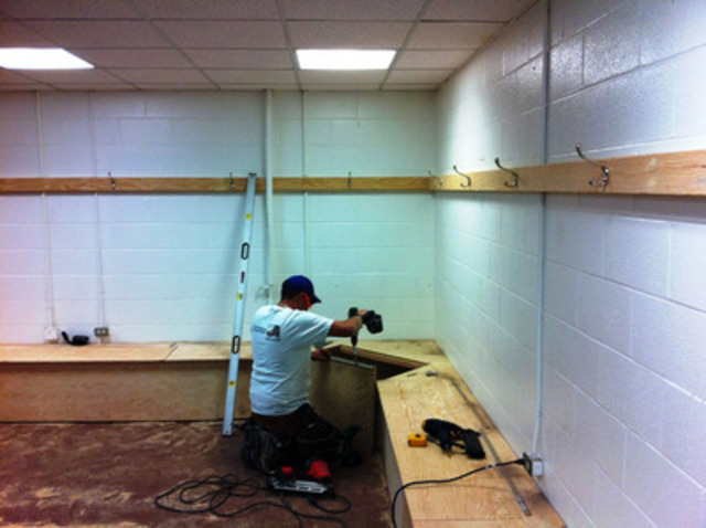 Lowe's volunteer renovating the Men's Change room at Frank McCool Hockey Arena. (CNW Group/Lowe's Canada)