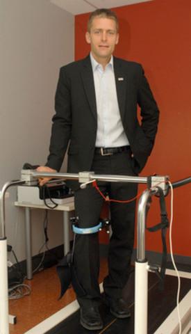 Dr Pascal André Vendittoli, chirurgien orthopédique à l'HMR et directeur de la recherche de la division orthopédie de l'Université de Montréal avec le KneeKG nouvellement acquis par l'Hôpital Maisonneuve-Rosemont (Groupe CNW/Annick Mongeau, Gestion d'enjeux Affaires publiques) (Groupe CNW/HOPITAL MAISONNEUVE-ROSEMONT)
