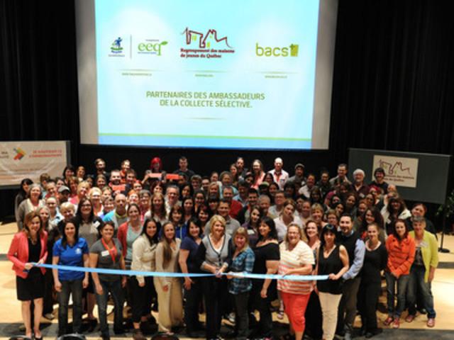 Quebec youth centres representatives at program announcement (CNW Group/Regroupement des maisons de jeunes du Québec)
