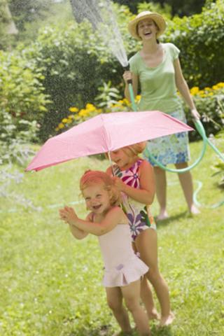 Gardez votre enfant à l'ombre et à l'abri du soleil à l'aide d'un chapeau à large bord qui permet la circulation de l'air ou sous un parasol. (Groupe CNW/Santé Canada)