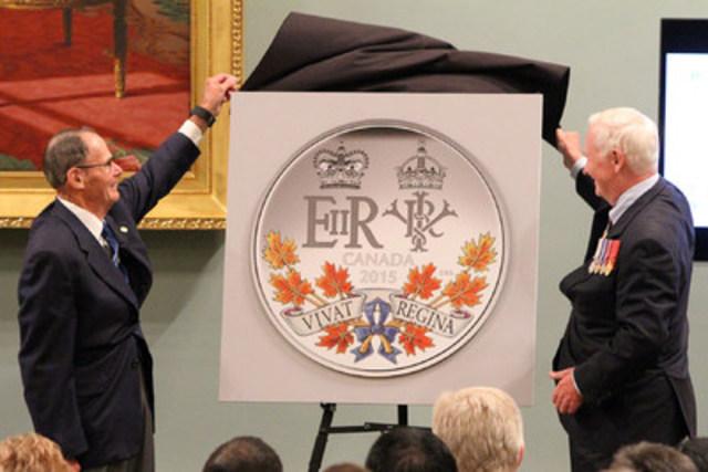 De la gauche: Claude Bennett, membre du Conseil d'administration de la Monnaie royale canadienne et Son Excellence David Johnston, gouverneur général du Canada dévoilent à Ottawa une pièce de collection en argent célébrant le règne de Sa Majesté la reine Elizabeth II, désormais le plus long de l'histoire moderne du Canada (le 9 septembre 2015). (Groupe CNW/Monnaie royale canadienne)