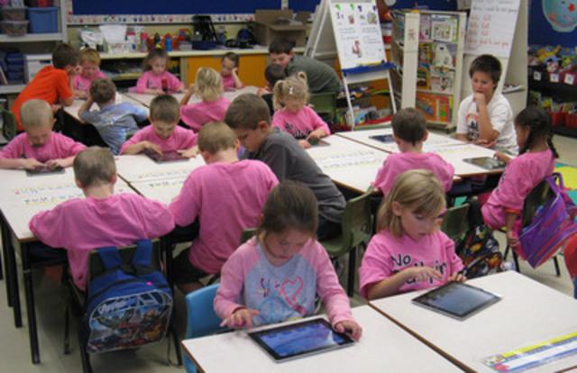 Les élèves de l'école élémentaire Joseph Giles de Dartmouth, en Nouvelle-Écosse, utilisent les tablettes qu'ils ont gagnées grâce au concours 2011-2012 de laboratoire informatique Recycler pour l'éducation de Staples/Bureau en Gros. (Groupe CNW/Staples Canada/Bureau en Gros)