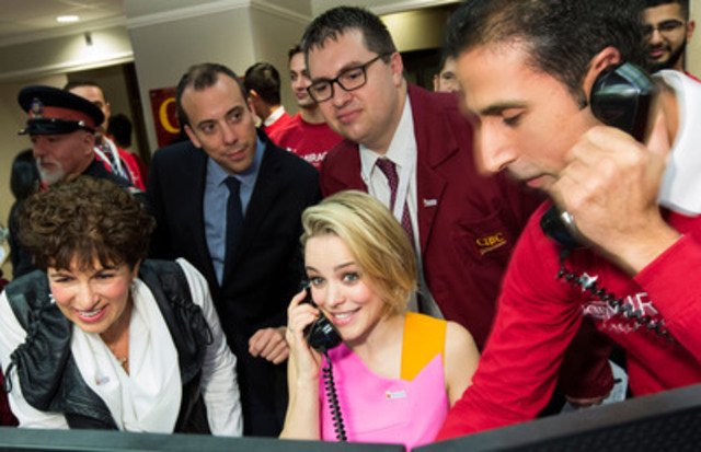 Rachel McAdams helps make an equity trade on CIBC Miracle Day to support children's charities across Canada. Audrey Guth (left), founder of the Nanny Angel Network, was on hand to receive a $75,000 donation. (CNW Group/Canadian Imperial Bank of Commerce)