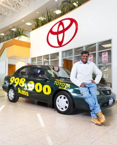 Rajah Sellathurai, propriétaire d'une école de conduite de Brampton, en compagnie de sa très chère et solide Toyota Corolla 2001 dont il a pris grand soin et qu'il a conduite sur une distance de près d'un million de kilomètres; sa voiture est exposée chez Woodbine Toyota. (Groupe CNW/Toyota Canada Inc.)
