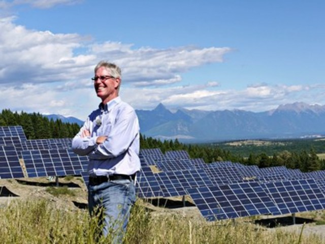 Kimberley Mayor Don McCormick confident of Kimberley's bright future, with SunMine and the Canadian Rockies in the background (CNW Group/City of Kimberley)