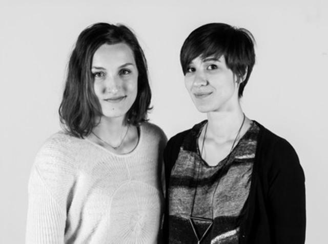 Elizabeth Laferrière et Sarah Ouellet, lauréates du concours de conception et de réalisation de « Saint-Laurent en mouvement - vidéoprojection » (Groupe CNW/VILLE DE MONTREAL - ARRONDISSEMENT DE SAINT-LAURENT)