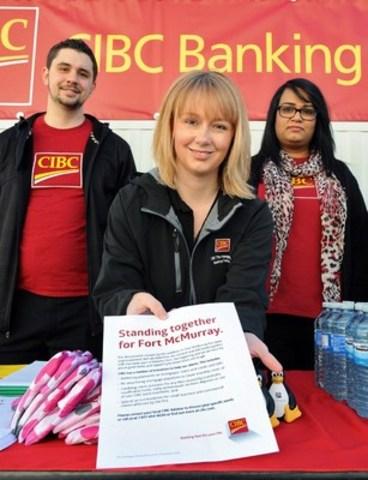 Des employés de la Banque CIBC prêts à aider les évacués de Fort McMurray à l'extérieur du centre bancaire temporaire installé au Northlands Coliseum. (Groupe CNW/Banque Canadienne Impériale de Commerce)
