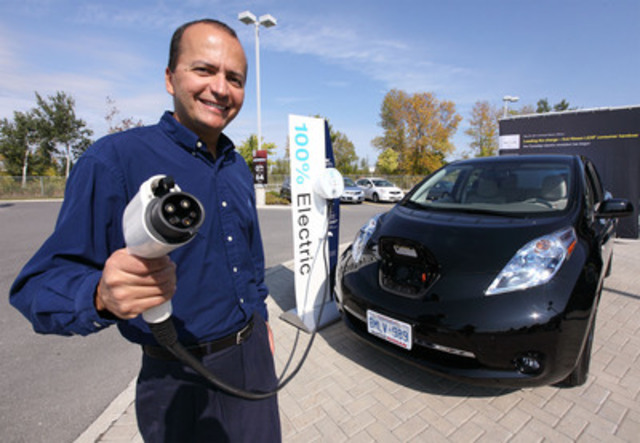 Résident d'Ottawa, Ricardo Borba a reçu les clés d'une nouvelle Nissan LEAF à une conférence de presse ce matin. Il est le premier consommateur canadien à avoir acheté une Nissan LEAF. (Groupe CNW/Nissan Canada Inc.)