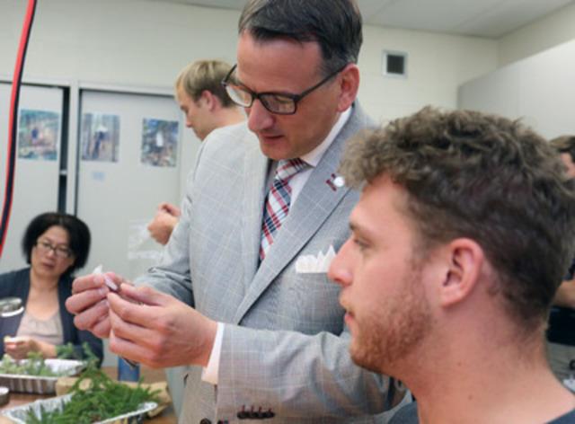 L'honorable Greg Rickford, ministre des Ressources naturelles du Canada, rencontre des techniciens au Centre de foresterie de l'Atlantique. M.  Rickford a annoncé des crédits de 5,8 millions de dollars pour l'amélioration des équipements scientifiques et de l'infrastructure aujourd'hui, à Fredericton, au Nouveau-Brunswick  (Groupe CNW/Ressources naturelles Canada)
