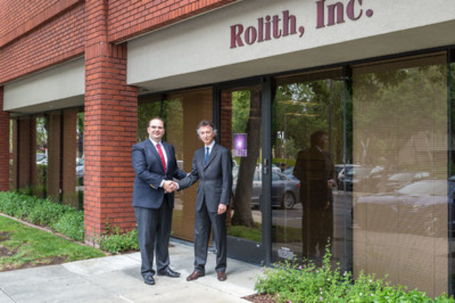 George Palikaras, Founder and CEO of MTI (left) shaking hands with Boris Kobrin, Founder and CEO Rolith Inc. (CNW Group/Metamaterial Technologies Inc.)
