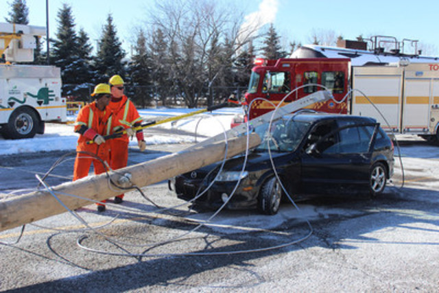 Toronto Hydro crews demonstrate how to make a scene safe if powerlines come down on a car. (CNW Group/Toronto Hydro Corporation)
