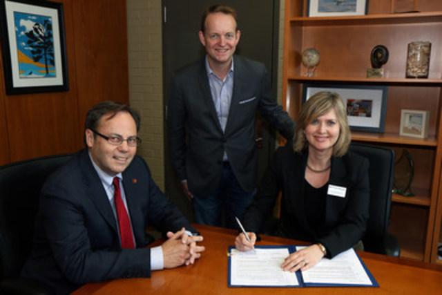 SUR LA PHOTO : Ron McKerlie, président, Ted Scott, doyen - Recherche appliquée et responsable de l'innovation, et Christine Bradaric-Baus, vice-présidente aux affaires universitaires (Groupe CNW/Centre de recherche industrielle du Québec)