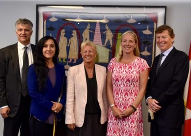 La ministre de l''Environnement et du Changement climatique, Catherine McKenna, rencontre les membres du comité d''experts qui examinera les processus d'évaluation environnementale. (Groupe CNW/Agence canadienne d'évaluation environnementale)