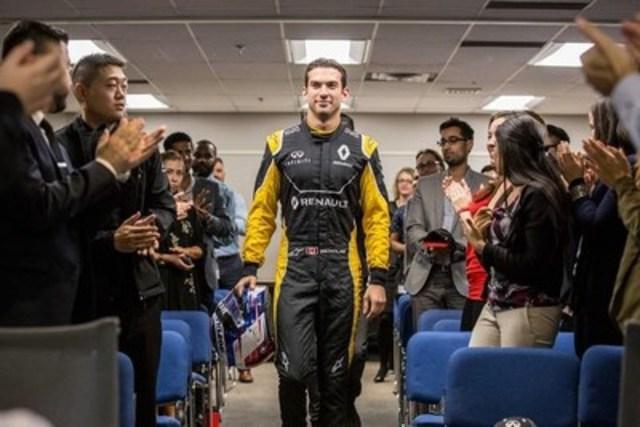 Le pilote d'essai canadien de l'écurie Renault Sport Formula One Nicholas Latifi visite INFINITI Canada (Groupe CNW/Infiniti)