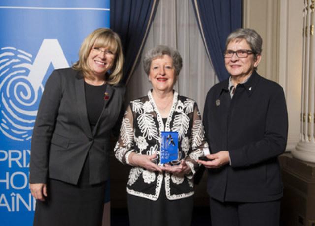 De gauche à droite : la ministre Mme Francine Charbonneau, la lauréate Mme Jacqueline Ponton et la présidente de la Table régionale de concertation des aînés de l'Estrie Mme Micheline Roberge. (Groupe CNW/Cabinet de la ministre de la Famille)