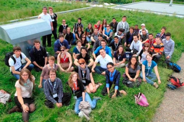 Les participants ont visité des installations de la STM, dont le garage d'autobus de la rue Legendre, avec son toit vert, où tous se sont réunis pour une photo. (Groupe CNW/SOCIETE DE TRANSPORT DE MONTREAL)