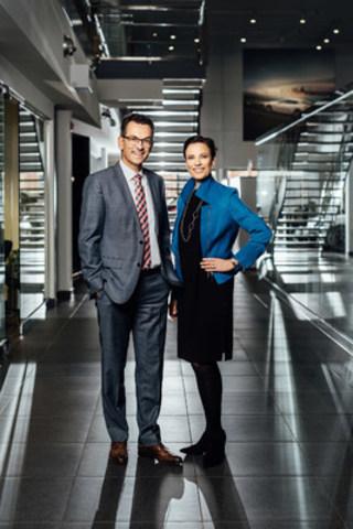 Le 18 octobre 2016: Karen Kain, directrice artistique du Ballet national du Canada (à droite) se joint à Alexander Pollich, président et chef de la direction d'Automobiles Porsche Canada, Ltée., afin d'annoncer leur partenariat lors du ballet Le Lac des cygnes en 2017. (Groupe CNW/Automobiles Porsche Canada)