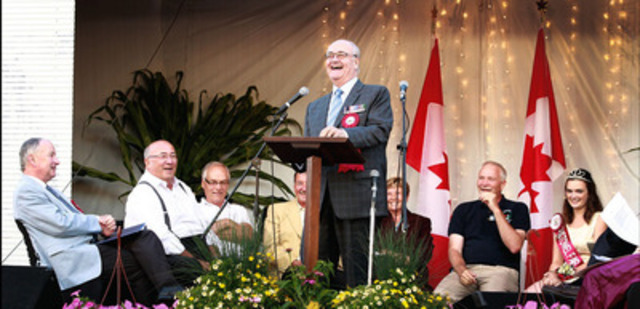 Minister Julian Fantino shares a laugh with the crowd while delivering greetings and well wishes at the opening ceremonies of the Listowel Agricultural Fair. (CNW Group/Veterans Affairs Canada)