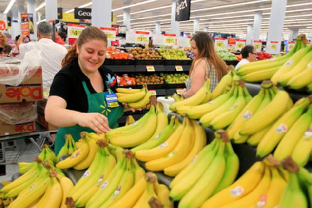 Amanda Thompson, associée chez Walmart, faisant du remplissage avec des bananes fraîches dans le tout nouveau Supercentre Walmart du centre de Halifax. (Groupe CNW/Walmart Canada)