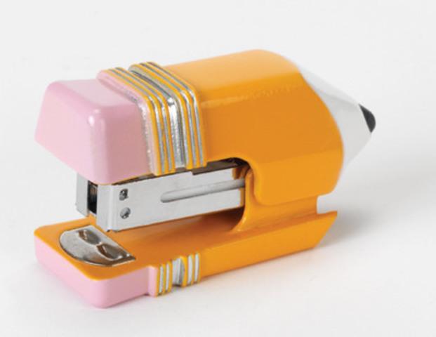 La mini agrafeuse Staples(MD) est une agrafeuse drôle et fonctionnelle en forme de crayon, emblématique pour la rentrée scolaire. (Groupe CNW/Staples Canada/Bureau en Gros)