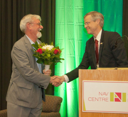 Dr. Derek Gray accepts The Marcus Wallenberg Prize from Professor Kaj Rosen, Executive Secretary of The Marcus Wallenberg Foundation (CNW Group/TKX Inc.)
