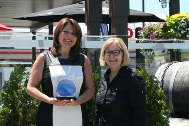 Mary Ann Baynton, récipiendaire du Prix du mérite 2015, en compagnie de Jeanne Bank, gestionnaire, Normes, Groupe CSA. (Groupe CNW/La Great-West, compagnie d'assurance-vie)