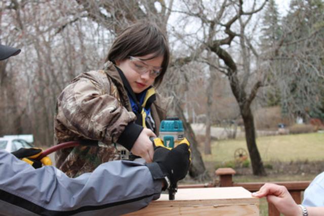 Pendant la Semaine des B.A. 2014, des scouts ont bâti des petites bibliothèques gratuites un peu partout dans la ville de Brooks en Alberta. Les citoyens ont maintenant un accès illimité à des livres pour enfants en espagnol, en arabe et en allemand. (Groupe CNW/Scouts Canada)
