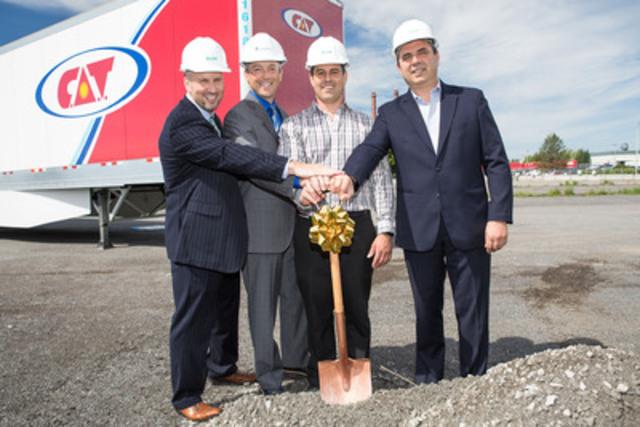 De gauche à droite : Bill Renz, directeur général de U.S. Gain; Éric Desmarais, directeur du marché du carburant de Gaz Métro; Hugo Brouillette, vice-président gestion des actifs de C.A.T.; Daniel Goyette, président de C.A.T. (Groupe CNW/Gaz Métro)