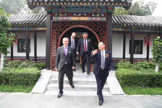 Saskatchewan Premier Brad Wall tours Huawei's ceremonial courtyard with Mr. Qu Wenchu, Senior VP Government Relations for Huawei, at an event to announce an agreement between SaskTel and Huawei to trial broadband wireless technology in rural Saskatchewan (CNW Group/Huawei)