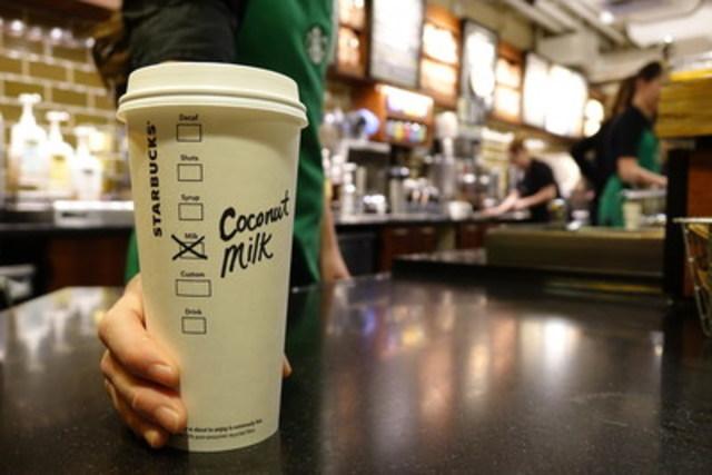 Pour répondre à la demande des clients, Starbucks introduit le lait de coco de Sumatra dans ses cafés canadiens dès le 8 septembre (Groupe CNW/Starbucks Coffee Canada)