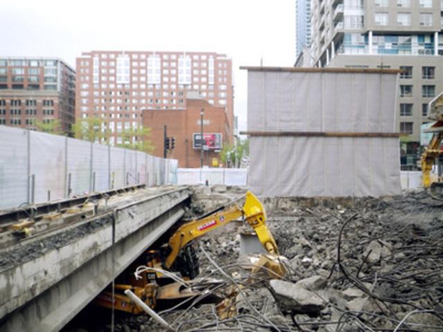 Écran acoustique installé pendant la phase de démolition (Groupe CNW/Ministère des Transports)